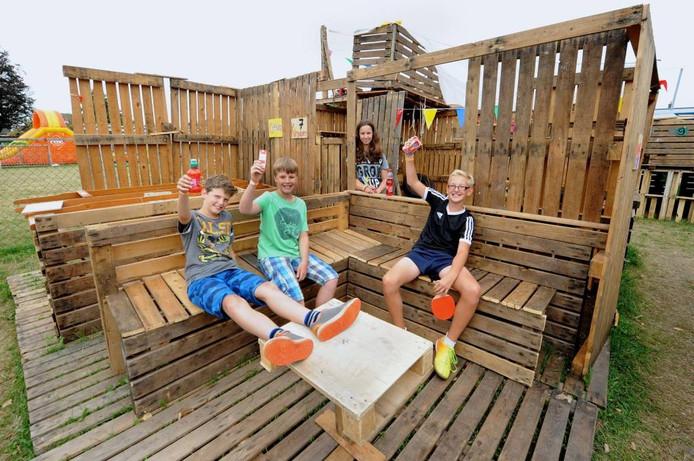 Bezoekers Jeugdland bouwen niet alleen hutten: 'We relaxen ook veel hoor'.