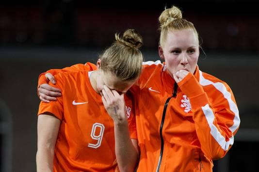 Vivianne Miedema en Danique Kerkdijk van Oranje na afloop van Nederland - Zweden (1-1) in 2016. Oranje liep kwalificatie voor de Olympische Spelen in Rio de Janeiro mis via het kwalificatietoernoooi in eigen land.