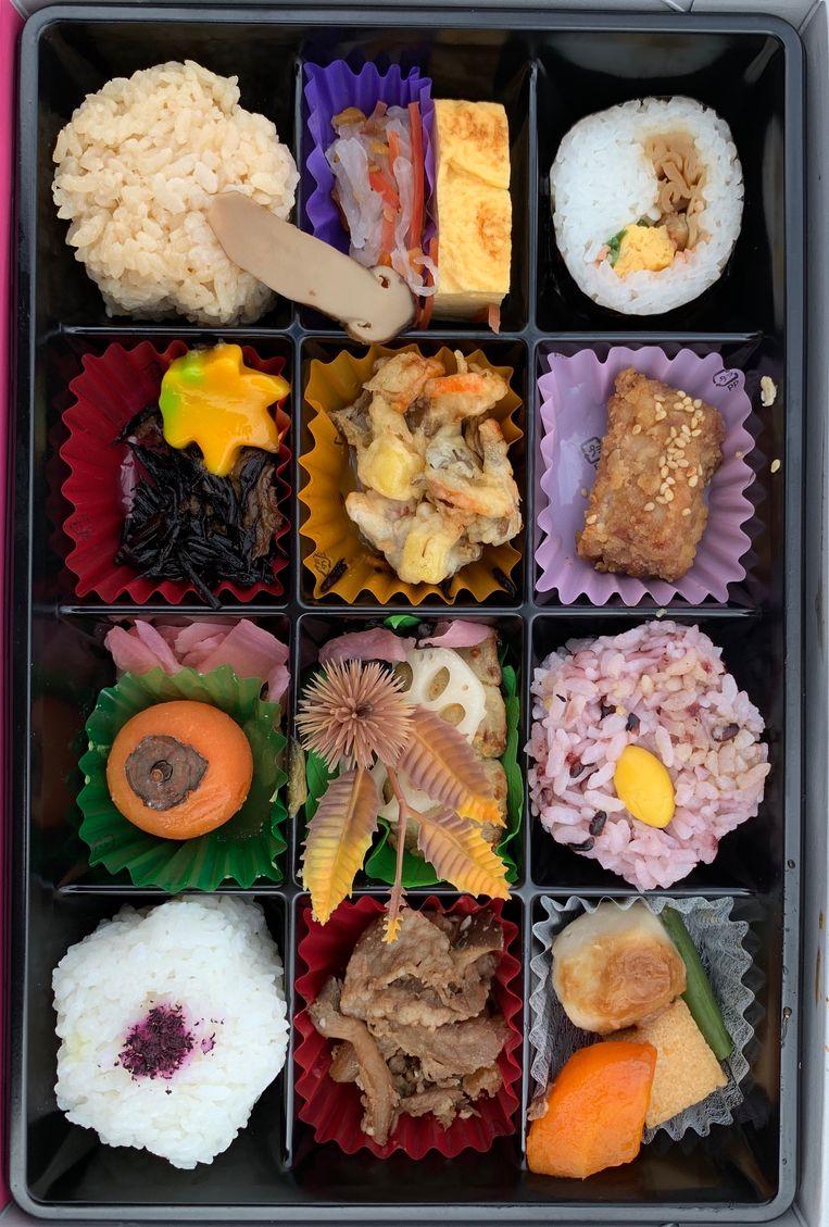 Een lunchbox met sushi. Beeld null