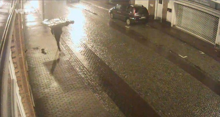 De man werd op verschillende plaatsen gefilmd met het schilderij op zijn rug. Hier loopt hij in De Deckerstraat in Zele.