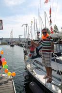 Na een wereldreis van elf jaar leggen zeilers Dick van der Waaij en zijn partner Anita Idskes aan in de jachthaven van de VVW Schelde in Vlissingen.