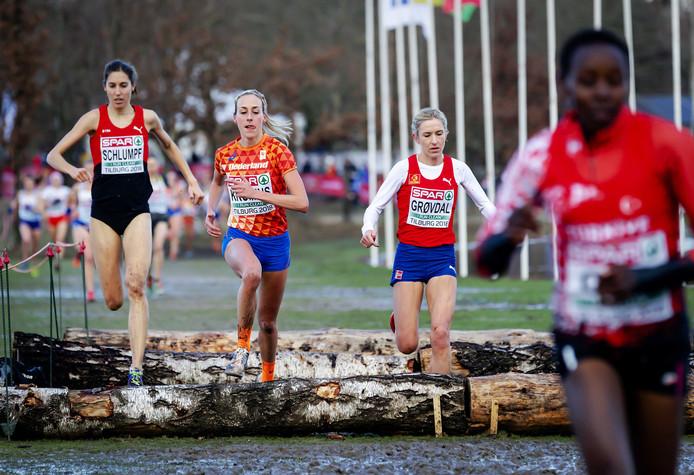 Fabienne Schlumpf, Susan Krumins en Karoline Bjerkeli Grovdal (vlnr) in actie tijdens de Europese Kampioenschappen Cross op Beekse Bergen.