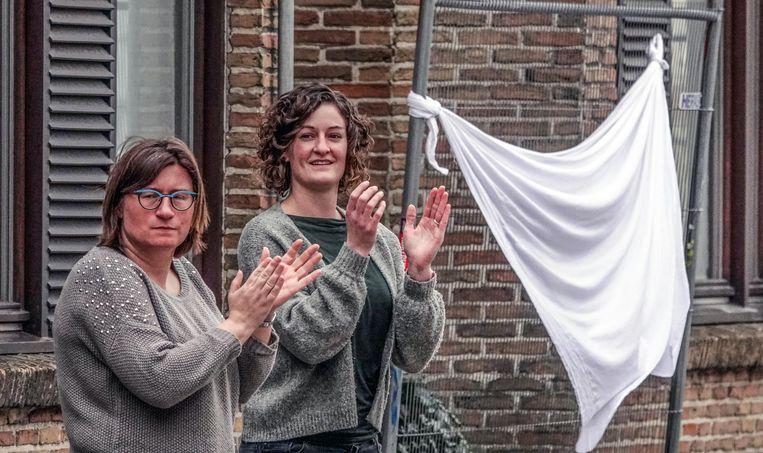 Witte lakens en applaus, in de Langemeersstraat.