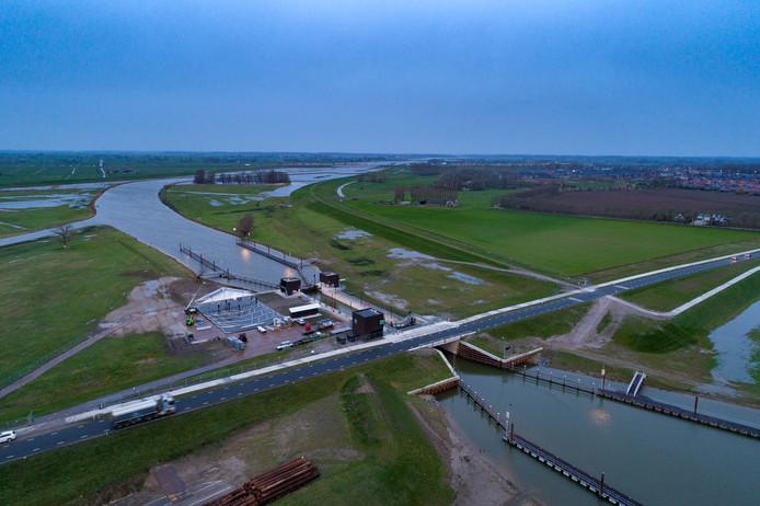 Koning Willem-Alexander opent donderdag 14 maart het Reevediep bij Kampen en wordt het project Ruimte voor de Rivier IJsseldelta afgerond. De zijtak van de IJssel is bedoeld om die rivier bij hoogwater te ontlasten. De koning opent de sluisdeuren, zodat de IJssel en 'bypass' het Reevediep met elkaar worden verbonden.