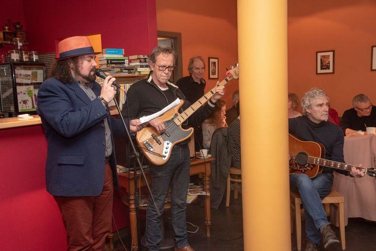 Muzikanten geven een verrassingsoptreden in De Geoorloofde Troost.