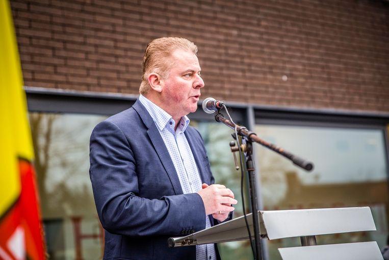 Burgemeester Anthony Dumarey (Open Vld) spreekt de inwoners toe