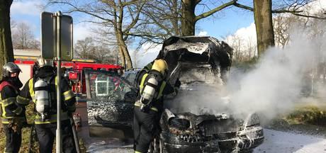 Auto gaat in vlammen op in Rosmalen, bestuurder ongedeerd