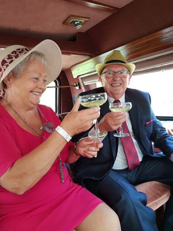 Eddy en Hildegarde klinken op hun jubileum.