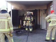 Accu van elektrische fiets vliegt in brand in garage, een persoon naar ziekenhuis