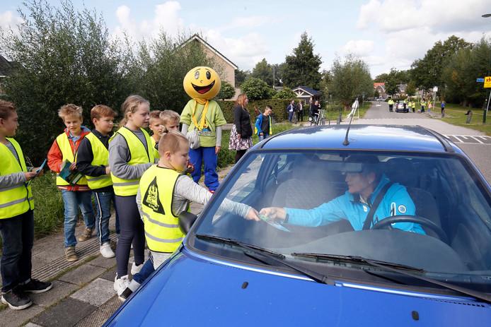 De leerlingen van OBS Giessen-Oudekerk spreken alle passanten aan om te vertellen over de maximum snelheid in hun dorp.