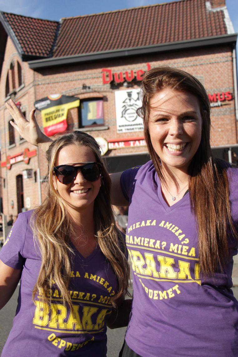 Twee vrouwelijke Kaaimannen poseren met de 'Mieabraka'-shirts.