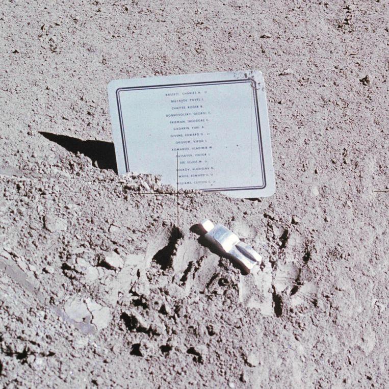 Het beeldje van Paul van Hoeydonck op de maan. Beeld Nasa
