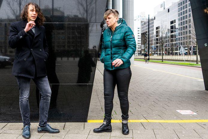 Het Rotterdamse kantoorcomplex Delftse Poort wil geen rokers meer voor de deur. Iedereen moet achter de gele streep blijven.