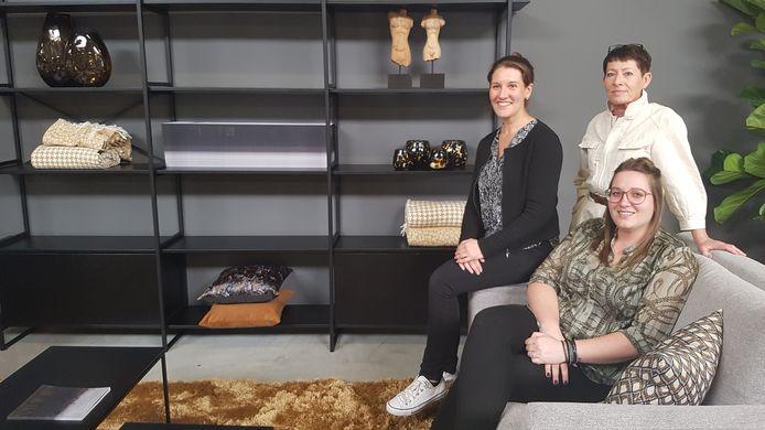 Tara Dubois, Charlotte Verstappen (onderaan, de verantwoordelijke van Abitare Compact Wonen) en Mieke Jansen in het nieuwste filiaal van Abitare.