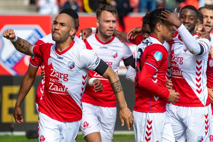 FC Utrecht maakt 1-0 tegen Feyenoord door een goal van Urby Emanuelson.