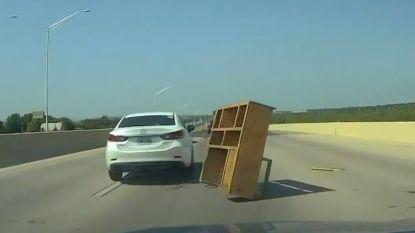 Dashcamvideo: opeens staat recht voor je een kast in het midden van de snelweg
