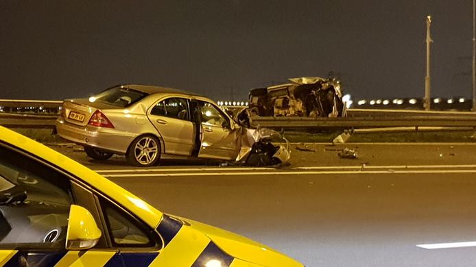 Bij een ernstig ongeval op de A7 zijn zes mensen gewond geraakt.
