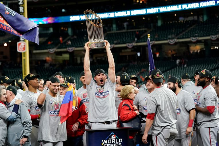 Ryan Zimmerman van de Washington Nationals viert de World Series na hun hun overwinning op de Houston Astroes.  Beeld AP