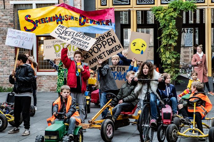 Kinderen protesteren op het Grote Kerkhof tegen de dreigende sluiting van het Speelgoedmuseum.