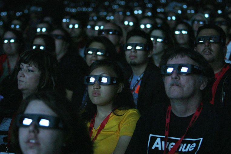 Bioscoopbezoekers kijken met 3D-brillen naar de fil Avatar. (Reuters) Beeld