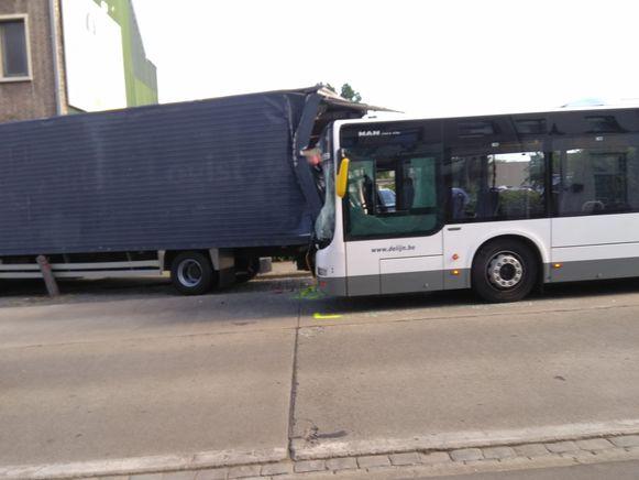 De bus botste tegen een geparkeerde vrachtwagen.