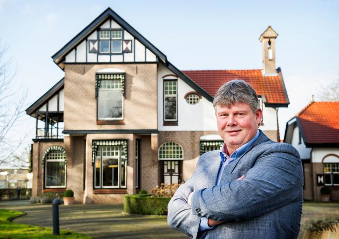 Gert-Jan Morsink voor het hoofdkantoor van SNT in Amersfoort, het callcenter dat later opging in Webhelp.
