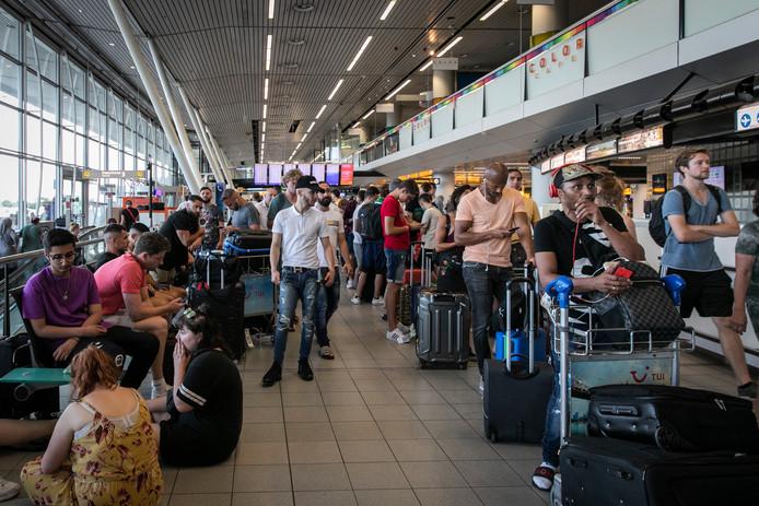 Door een brandstofstoring ontstonden op Schiphol enorme vertragingen, vliegtuigen konden niet tanken en daardoor niet vertrekken.