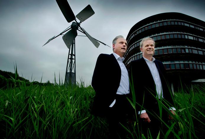 Johan van Driel (links) en Leo Stehouwer bij een windwatermolentje.