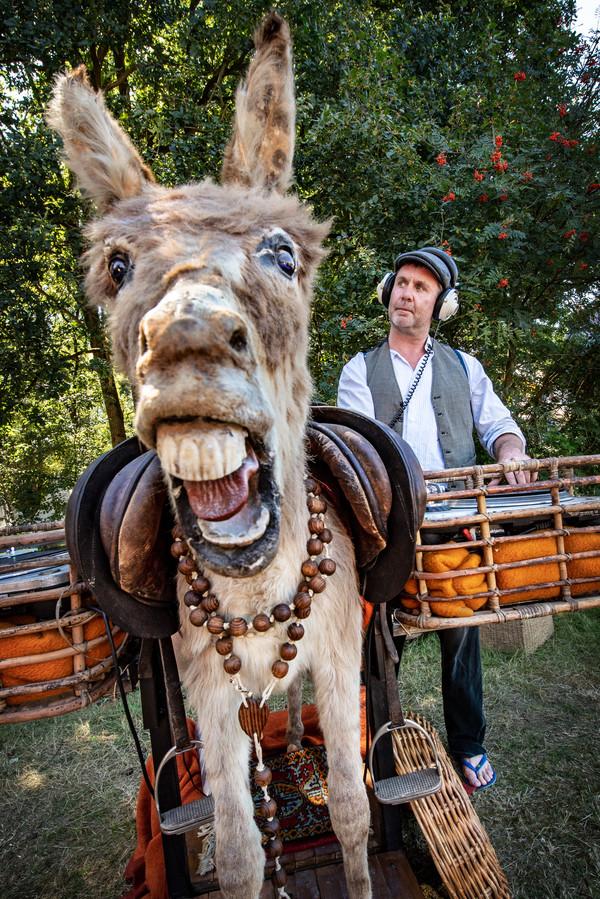 DJ Jacco Mittendorf met ezel op camping De Wereld.
