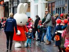 Deze Utrechtse kinderen trotseren de storm en geven boeken door van de oude naar de nieuwe bieb