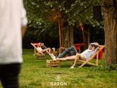 Verborgen parel: warme zomerbar Gazon in de privétuinen van ijsbaan Kristallijn