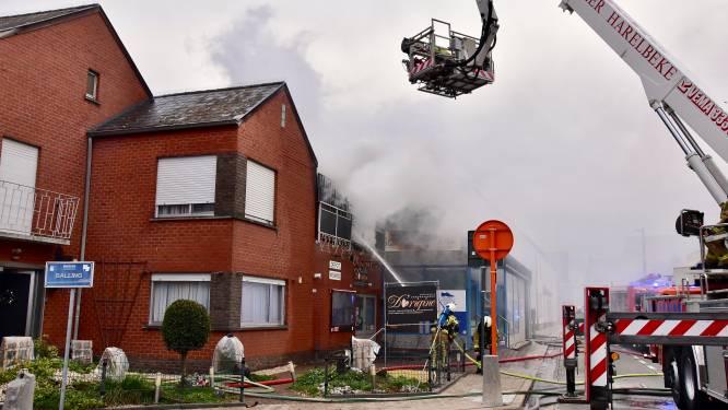 Brand legt halfopen dakterras boven chocoladewinkel in de as: bewoner kan hondje redden