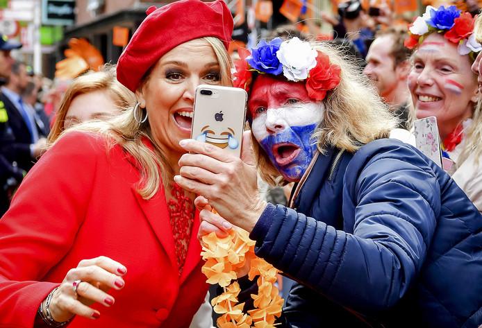 Maxima maakt tijd voor een selfie tijdens Koningsdag in Groningen.