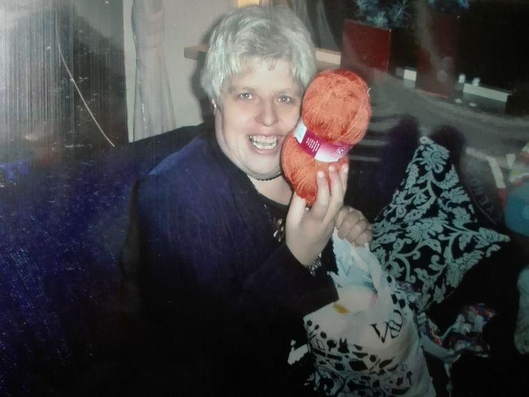 Marie-Anne van der Veen hield van breien. Voor iedereen die maar wilde, breide ze mutsen, sjaals en sloffen. Beeld Dana Ploeger
