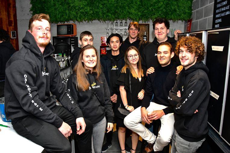 Opening jeugdhuis Jakkedoe - de groep vrijwilligers achter de toog
