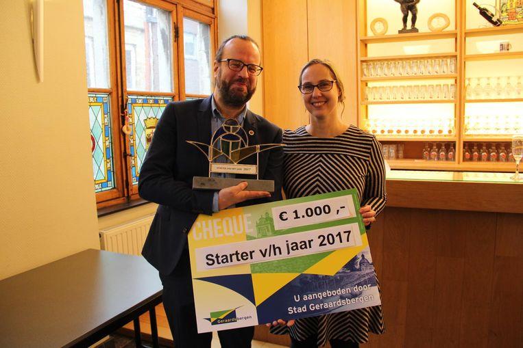 Schepen Véronique Fontaine overhandigt 1.000 euro aan starter Acker & Go.