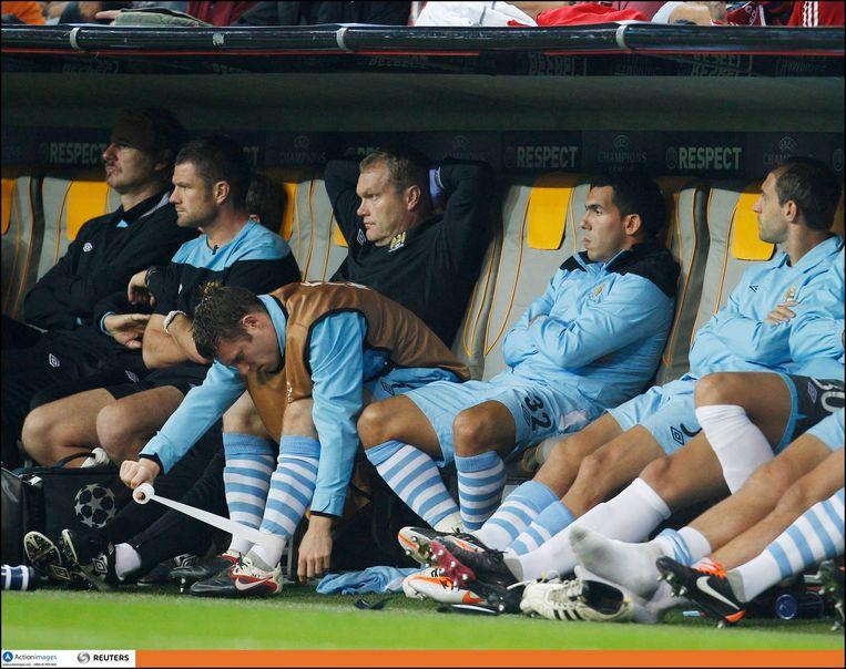 Tevez (tweede van rechts) op de bank bij Manchester City.