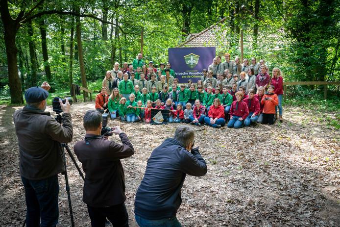 De scouts uit Velp gaan op de foto met het nieuwe logo.