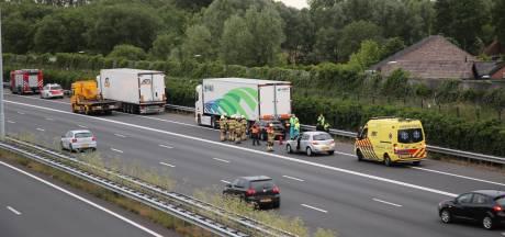Flessen lachgas gevonden na ongeluk op A2 bij Liempde, gevluchte bestuurder die op vrachtwagen reed is aangehouden