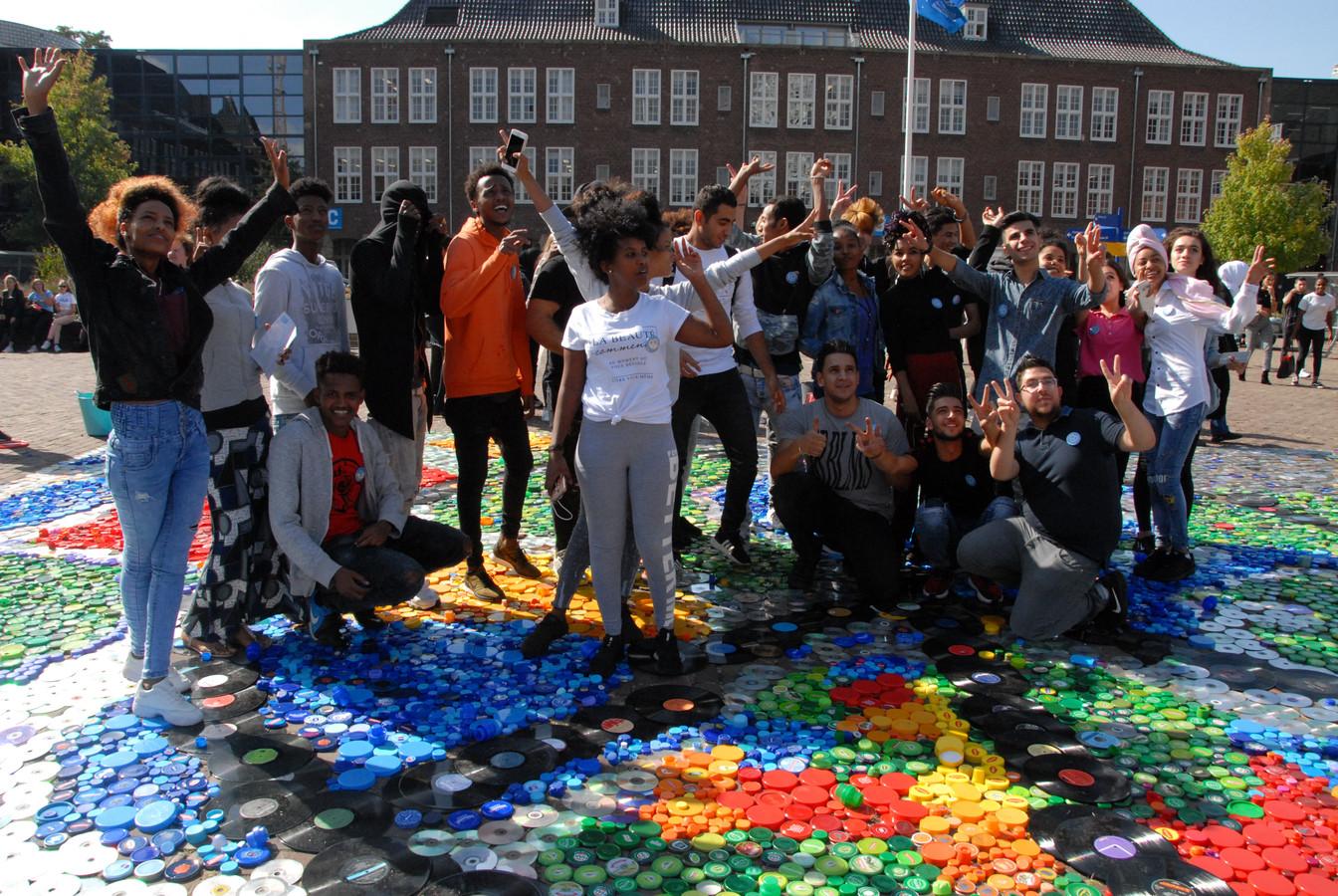 Het Tapijt voor de Vrede op het schoolplein van het KW1C op de hoofdlocatie aan de Vlijmenseweg in Den Bosch.