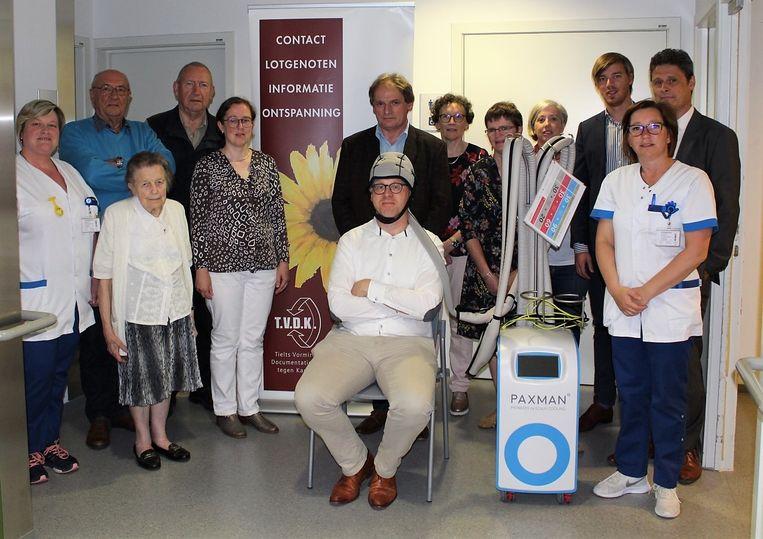 Leden van het TVDK samen met dr. Gretel Descheemaeker, enkele verpleegkundigen en directieleden van het Sint-Andriesziekenhuis bij de Paxman Cooling Cap. Financieel-administratief directeur Gerdy Dezutter poseert met de hoofdhuidkoeler.
