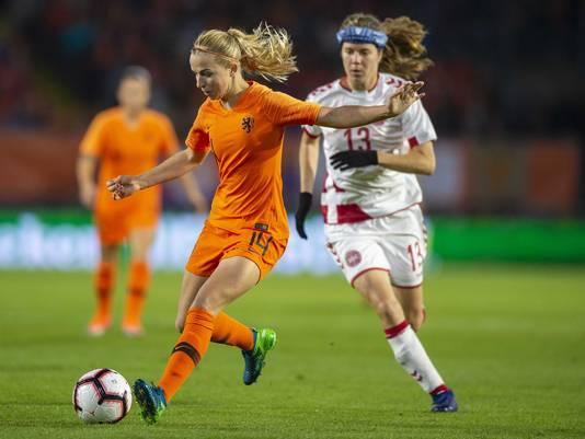 Jackie Groenen in actie tegen Denemarken.