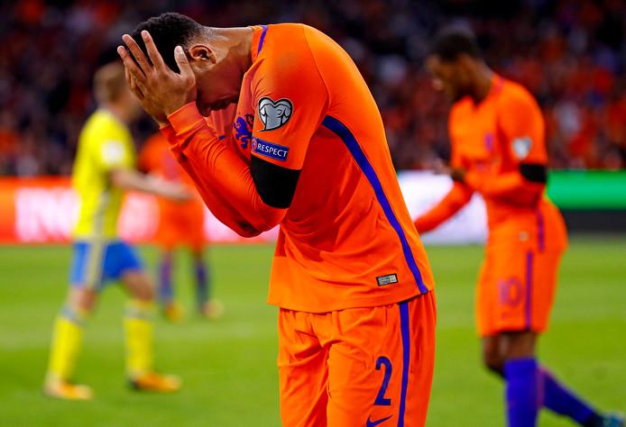 Kenny Tete buigt het hoofd na het missen van een kans tegen Zweden.