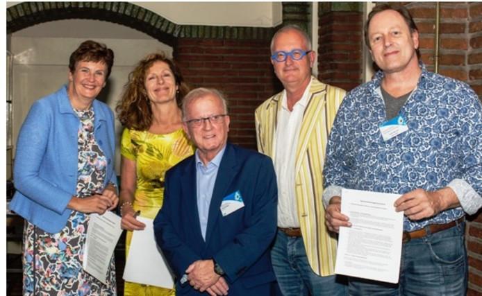 De betrokken directeuren en bestuurders na het ondertekenen van de samenwerkingsovereenkomst.