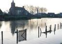 Het Maaswater stond in 1995 tot aan het protestantse kerkje in Lith.