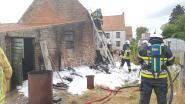 Afval bij schuur vat vuur, maar brandweer is er op tijd bij