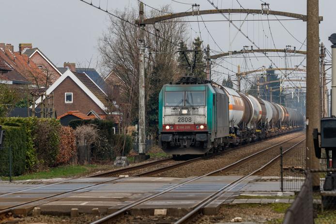 Ketelwagons denderen door Zevenbergen. Links de huizen aan de Burgemeester Vogelstraat.