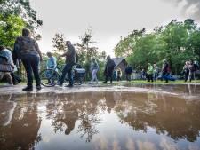 Bezoekers Openluchtspel Borculo vluchten voor hoosbui