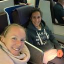 2019 Kiki Bertens met haar coach Elise Tamaela in het vliegtuig