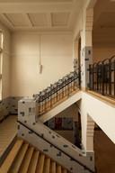 Het trappenhuis van de tot appartementen verbouwde ambachtsschool aan de Reeweg.